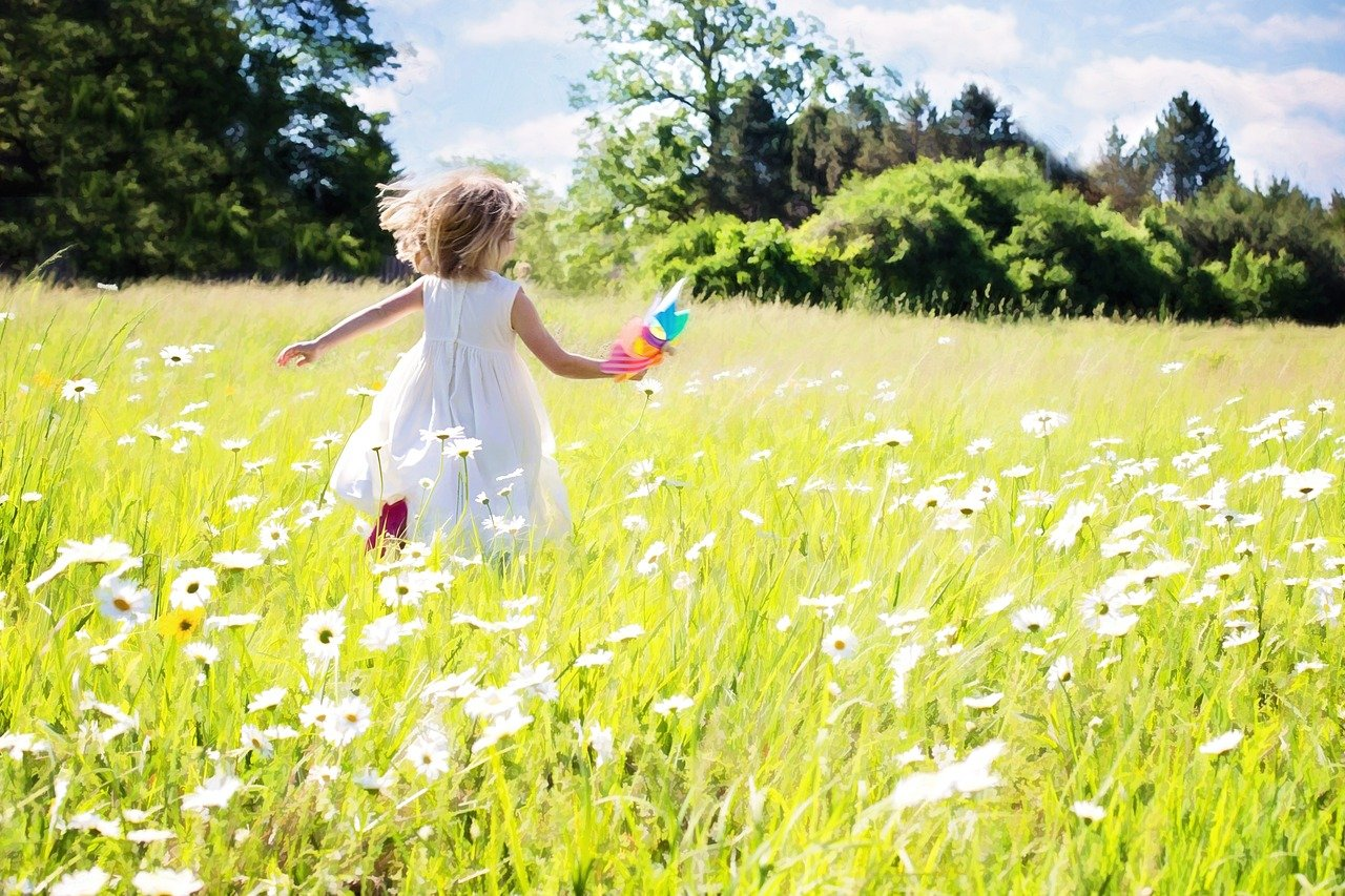 little girl running, daisies, nature-795505.jpg